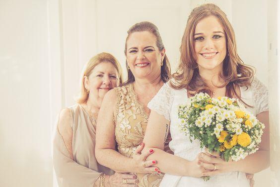 Casamento Intimista (mini wedding) - Noiva, Mãe e Avó. Gerações. Buquê amarelo.