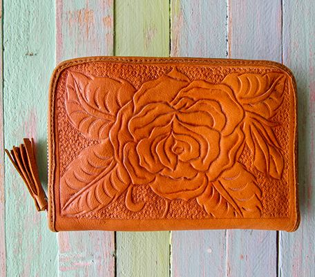 Free Spirit. 100% Leather. Zip closure. Internal mirror. Internal coin purse. 19 card slots. 20cm -13.5cm