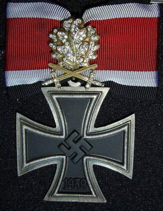 Ritterkreuz des Eisernen Kreuz mit goldenen Eichenlaub mit Schwerter und Brillanten höchste Auszeichnung im 3. Reich. Verliehen an Oberst a.D. Hans Ulrich Rudel.