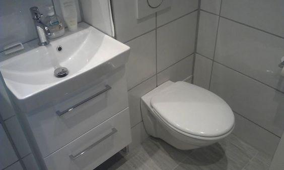 Totalrenovering av lite #bad på 3,3m2. hvite fliser og #hvit ...