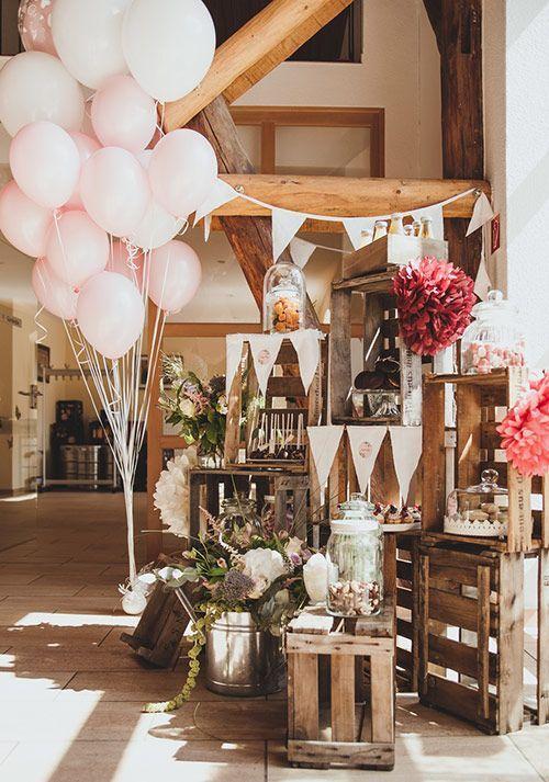 Rustikal naturale Hochzeit in einer Scheune oder im Grünen... Tolle Candy Bar im Vintage Look: