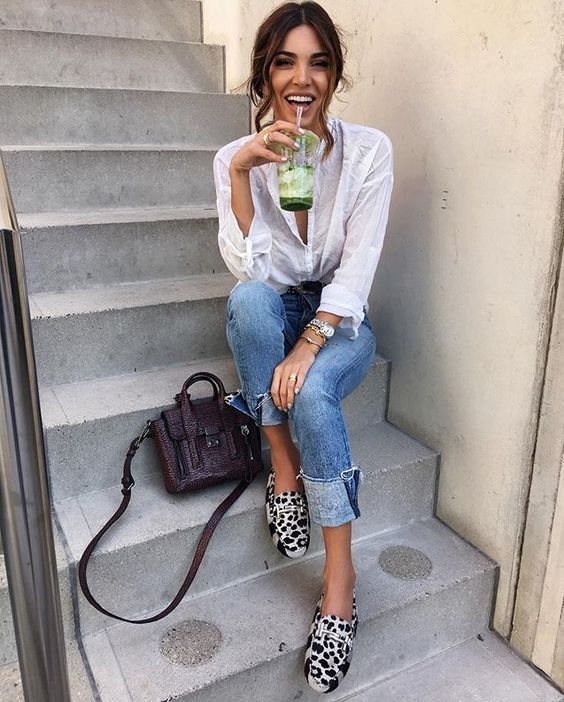Spring outfit | Summer outfit | White blouse | Jeans | Leopard shoes | Leopard print | Brown bag | Shoulder bag | Brown hair | Dark hair | Girl | Smile | Green juice | Negin Mirsalehi | Spijkerbroek | Witte blouse | Luipaard schoenen | Espadrilles | Luipaard print | Bruine tas | Schoudertas | Groen sapje | Inspiration | More on Fashionchick
