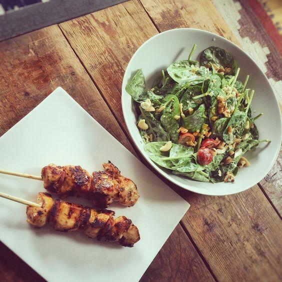 """Heute Morgen in London angekommen:) sehr cooles Apartment direkt am Flussund jetzt noch schnell was leckeres gezaubert und zum  Nachtisch noch eine """"kleine"""" Portion #benandjerrys #phishfood  gleichi gehts ab in die Cittty #london #salad  #shabby #fooddesign #fitfam #transformation #girlswholift #hardcoreladies #chicken #foodporn #holyday by annleniii"""