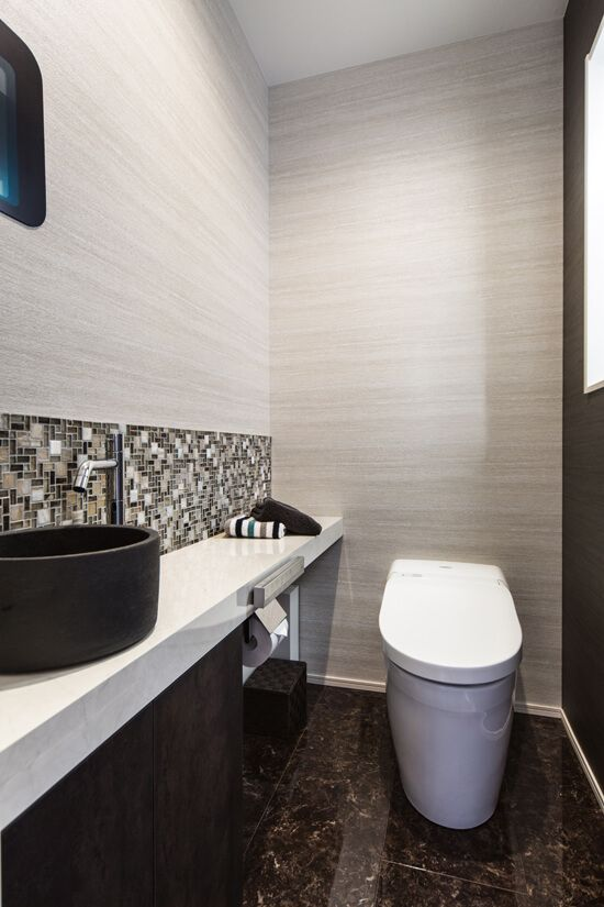 ゆとりのあるトイレ空間 大理石調の床が高級感を演出します