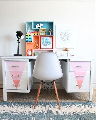 Un bureau en métal repeint dans des couleurs pastel