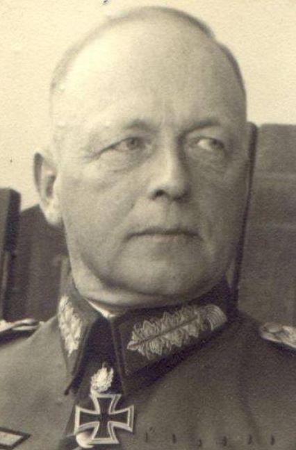 Paul Ludwig Ewald von Kleist (8-8-1881 /  13 o 16-11-1954), Capitán General y Mariscal de Campo en la Segunda Guerra Mundial. El 30-3-1944 fue relevado del mando por Hitler, retirándose a su casa en Baviera. Allí es capturado por el ejército estadounidense, y trasladado a Grana Bretaña. Fue extraditado el 31-8-1946 a Yugoslavia y condenado a 15 años de trabajos forzados. En 1948 fue enviado a la URSS, sentenciado a cadena perpetua. Murió en 1954  en el Campo de prisioneros Vladimir.