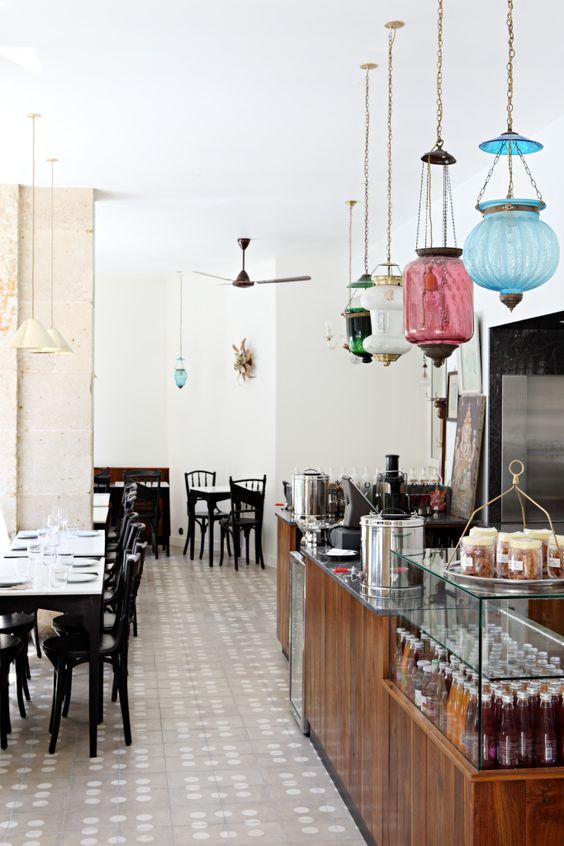 MG Road  A la fin du XIXème siècle, fleurissaient dans Bombay des cafés ouverts et tenus par des immigrants Perses. Bistrots populaires où hommes d'affaires côtoyaient chauffeurs de taxi et familles. On y mangeait bien, vite, toutes sortes de petits plats traditionnels, dans un décor de bistrot où miroirs & photos de familles couleur sépia ornaient les murs dans une ambiance Art Deco