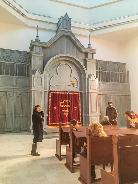 Внутри зала собраний синагоги, за красной завесой хранят Тору