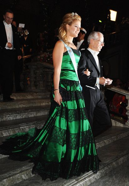 Princess Madeleine Photos - Princess Madeleine of Sweden arrives with Oliver E. Williamson of USA, winner of the Sveriges Riksbank Prize in Economic Sciences during the Nobel Foundation Prize Banquet 2009 at the Town Hall on December 10, 2009 in Stockholm, Sweden. - Nobel Banquet 2009 at the Town Hall