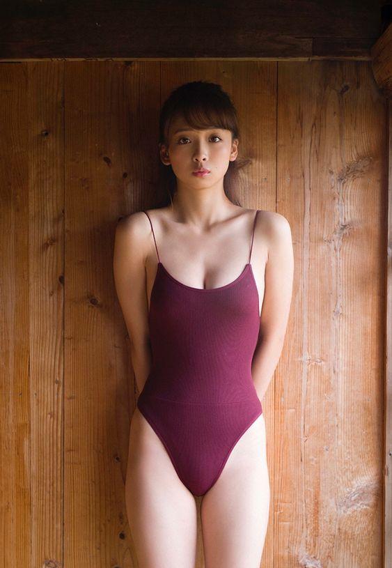 紫色の水着姿に華村あすかです。