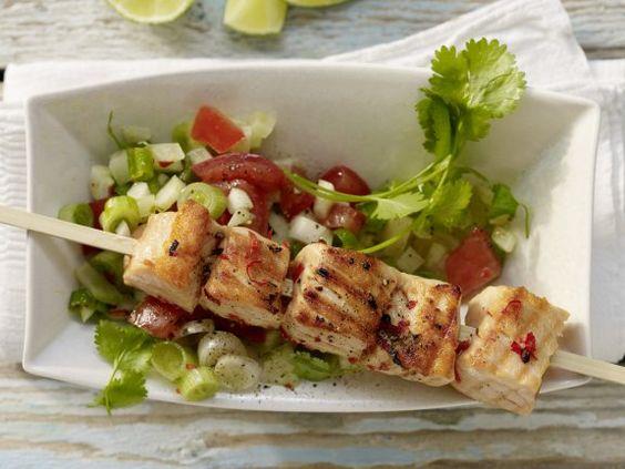 Gegrillte Lachsspieße mit Fenchel-Tomaten-Salsa: Lachs trägt nicht nur zum Muskelaufbau bei. Der Fisch ist auch reich an Fett.