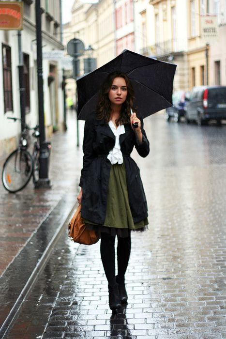 : Green Skirts, Outfit Idea, Rainyday, Street Style, Rainy Day Outfits, Fall Outfit, Rain Outfit, Rainy Days