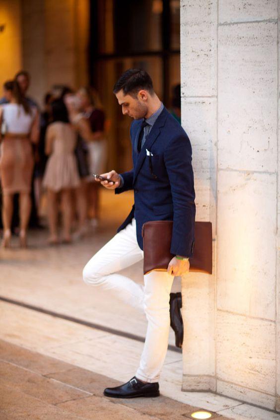 Calça branca com blazer azul deixa o estilo casual ou pouco mais descontraído.