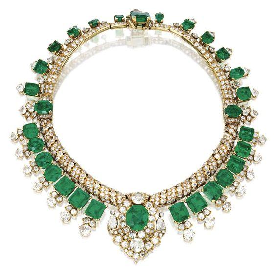 Colier cu smaralde şi diamante (1,2 mil. USD) Colier din aur galben 18K ornat cu smaralde (greutate totală 105 ct.) şi diamante (46 ct.), creaţie din anul 1947 a firmei Cartier din Londra. A fost v…