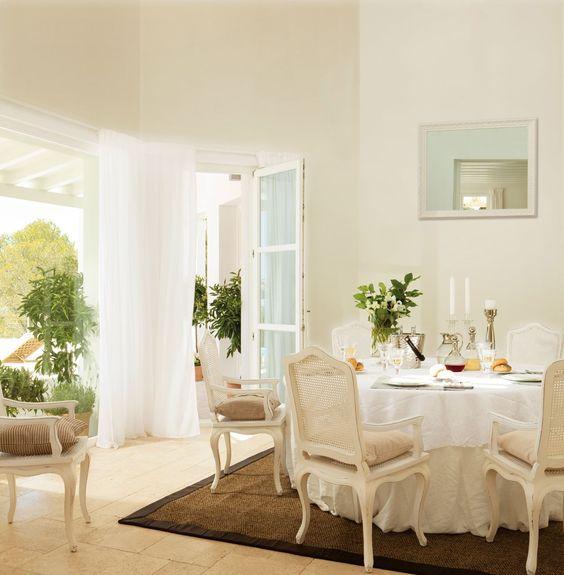 salón pared blanca muebles marrones verde  Buscar con Google