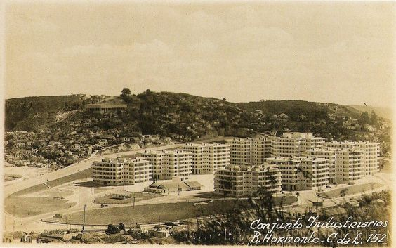 O recém inaugurado Conjunto IAPI e ao fundo a Pedreira Prado Lopes. Mais a esquerda, ainda desocupada a parte da Pedreira aonde se extraia o Granito