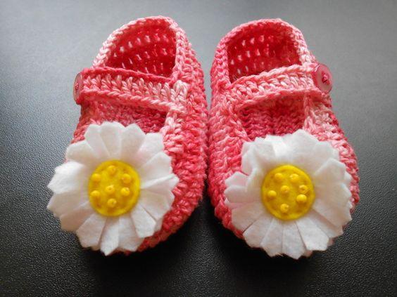 SAPATINHO COM MARGARIDA: de crochê em linha 100% algodão com aplicação de margarida de feltro bordada com missangas.  Em rosa mescla ou azul fica moderno.  Em branco ou amarelo, fica delicado.  Solicite na cor de sua preferência.  Acompanha embalagem em filó.    Tamanhos:  P - 8 cm - RN,  M - 9 cm - 0 a 3 meses,  G - 10 cm - 3 a 6 meses. R$ 35,00.