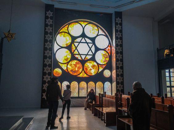 Витраж в зале синагоги