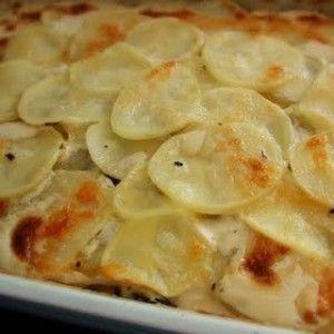 Papas gratinadas con crema y queso / -4 papas. -1 pote de crema. -1 taza de queso rallado. -Sal , pimienta y nuez moscada.