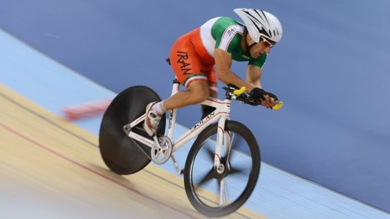 Bahman Golbarnezhad compitiendo en los Juegos Paralímpicos de Londres de 2012. El ciclista paralímpico iraní Bahman Golbarnezhad murió este sábado en un accidente ocurrido durante la carrera masculina de ciclismo en la categoría C4-5 en los Juegos Paralímpicos de Río 2016.  De acuerdo con un corresponsal de la BBC, el ciclista se salió de la carretera durante un descenso traicionero y se rompió el cuello cuando su cabeza golpeó contra el cordón de la acera.