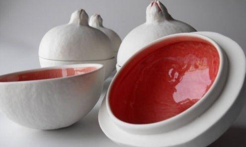"""Margarida Gorgulho, """"Taça Romã Surpresa"""" . Peça de porcelana com interior vidrado a vermelho."""