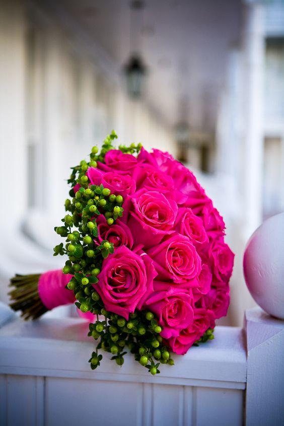 Pinterest: @ndeyepins | Bouquet de mariée roses fushia & hypericum. 55€