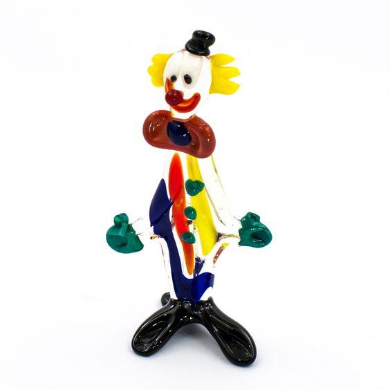 Pagliaccio in vetro di Murano lavorato a lume. Questo prodotto artigianale viene realizzato sfruttando sempre l'abilità e la creatività del maestro artigiano, pertanto ogni pezzo è unico e irripetibile #murano #glass #vetro #collectibles #collezione #artigianato #italy #venice #handmade #design #pagliaccio #clown