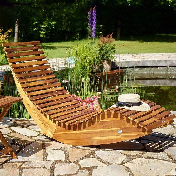 HINGUCKER: Unsere ergonomische Schwungliege, angefertigt aus FSC-zertifiziertem, witterungsbeständigem Akazienholz, ermöglicht Ihnen Entspannung auf höchstem Niveau. RELAXEN: Diese robuste Sonnenliege aus Akazienholz zeichnet sich durch Ihre ergonomische Form und einzigartigen Wippfunktion aus. Da die Liege für den Außen- und Innenbereich geeignet ist, können Sie nicht nur draußen in der Sonne 'wippen' und entspannen, sondern auch in Ihrem Wohnzimmer... *Pin enthält Werbelink