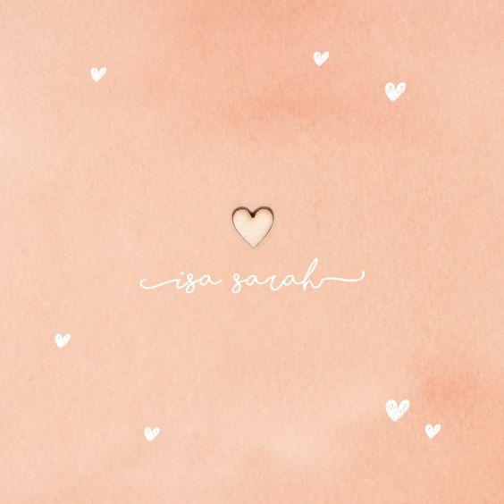Dit mooie, rustieke geboortekaartje krijgt karakter door een echt houten hartje. Met zachte pastel achtergrond in aquarel roze. De doodle hartjes geven het een speels effect | geboortjekaartje | meisje | uniekkaartje.nl