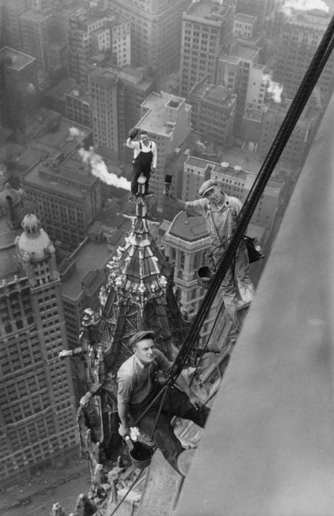 jade-cooper:theactofhistory:Unharnessed workers atop the Woolworth Building in New York City, 1926.   The planking origins.