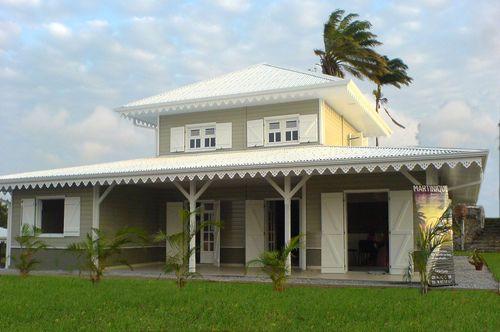 Maison bois avec patio central on43 jornalagora for Maison en bois martinique prix