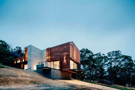 Современный двухэтажный дом из дерева и бетона от студии Moloney