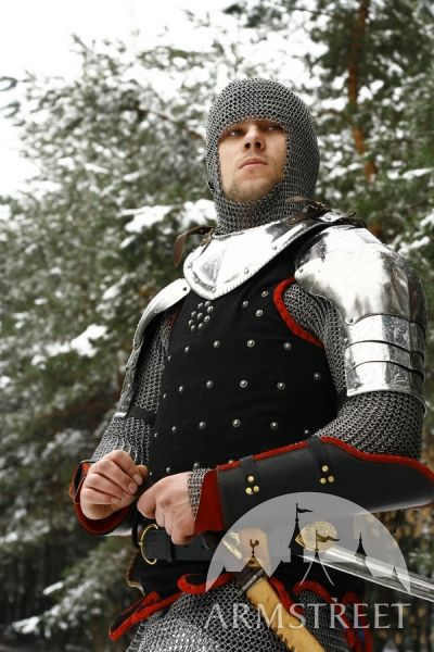 Black coat-of-plates over chainmaille hauberk and coif, with steel gorget and pauldrons, and black plated vambraces. (Armstreet.com).