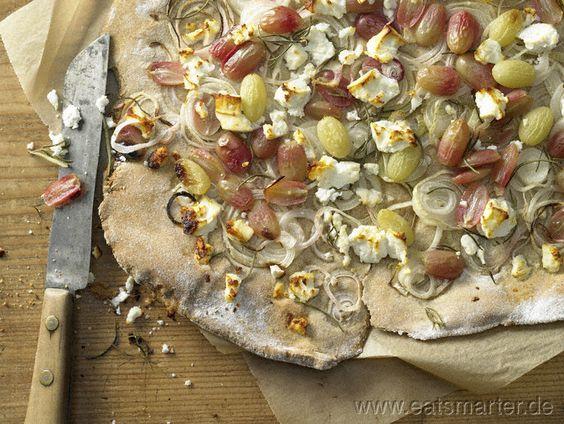 Knuspriger Zwiebelkuchen mit bunten Trauben und Schafskäse - smarter - Kalorien: 459 Kcal   Zeit: 120 min.