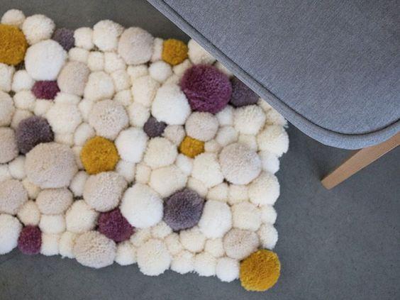 Tutoriale DIY: Cómo hacer una alfombra de pompones vía DaWanda.com: