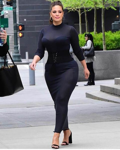Ashley Graham looks beautiful in this black bodycon dress. #AshleyGraham #Celebrities #Dress