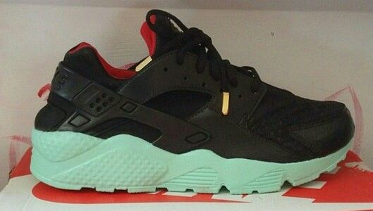 Yeezy Custom gold tips · Nike HuaracheChoses