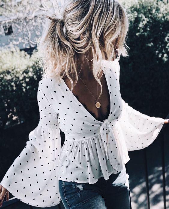 Blusa com manga cigana branca de bolinha preta com decote em v. Pinterest: @giovana