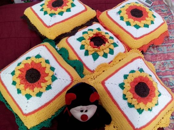 almofadas girassois Crochetsruth  whatssap 21993175512