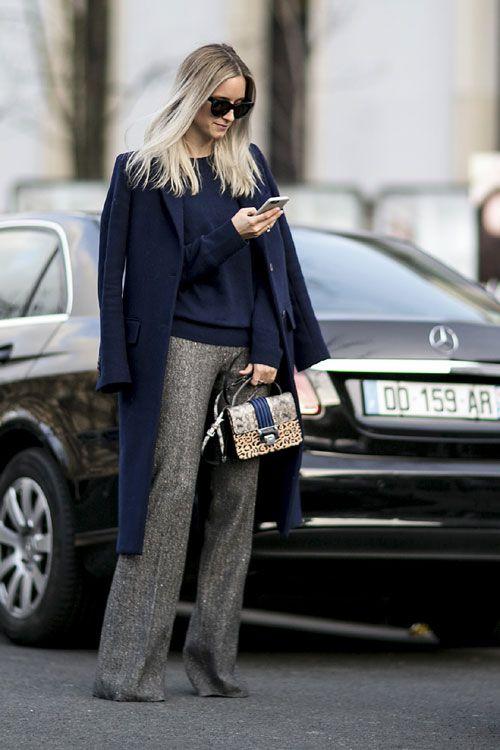 Un pulover bleumarin din casmir si o pereche de panaloni gri, evazati, te vor ajuta sa obtii acel look rafinat, specific pariziencelor.: