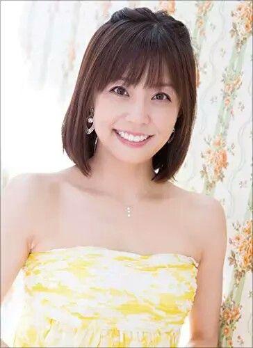 小林麻耶かわいい笑顔でデコルテ披露