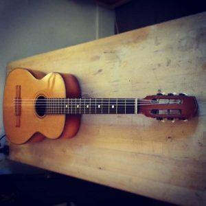 En ce moment à l'atelier : Guitare classique artisanale pour un réglage complet, ravivage du vernis et remise en état de jeu. Cordes D'Addario Pro Arte Nylon Core EJ 43.
