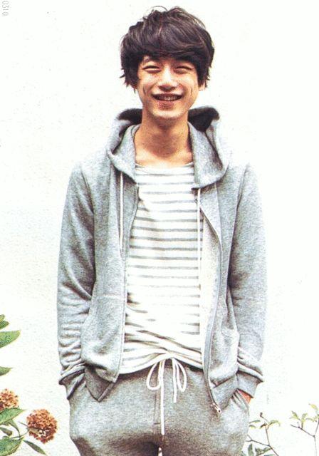 グレーパーカー×ボーダー柄の坂口健太郎のファッション