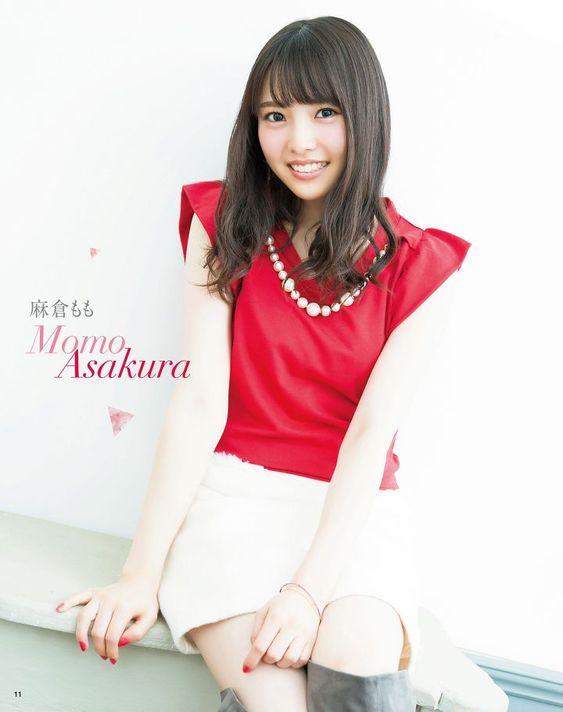 赤いお洋服に白のスカートの麻倉ももさん