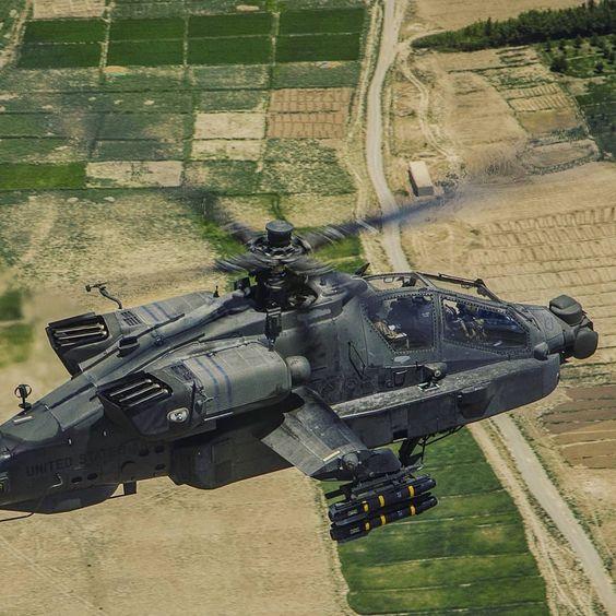 田畑を飛ぶヘリコプター