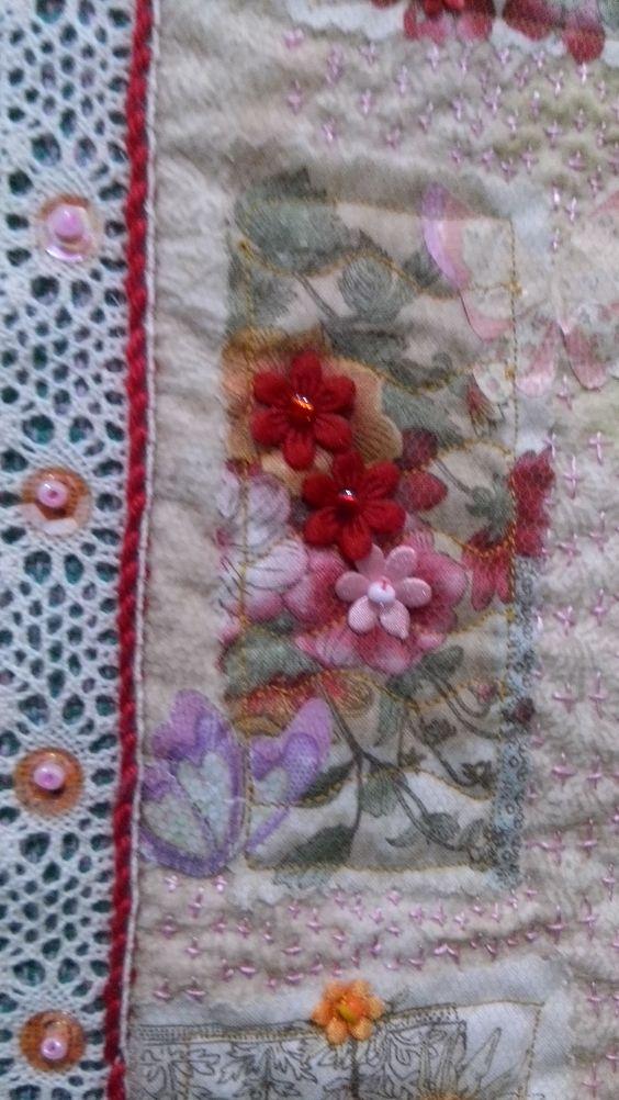 Painel trabalhada sobre tapete algodão/tear, com aplicações quilt manual,tecidos,bordados,fitas,miçangas e muito fruru.