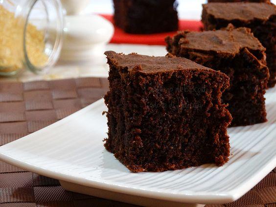 Una torta al cioccolato fondente super morbida, con farina integrale, senza burro e latticini! Assolutamente irresistibile. Ecco la ricetta!