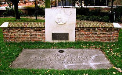 """Monumento em homenagem a Spinoza-Haia: """"Este homem, do seu pedestal de granito, apontará a todos o caminho da bem-aventurança por ele encontrado; e por todos os tempos o homem culto que por aqui passar dirá em seu coração: Foi quem teve a mais profunda visão de Deus"""" - Joseph Ernest Renan (1882)"""