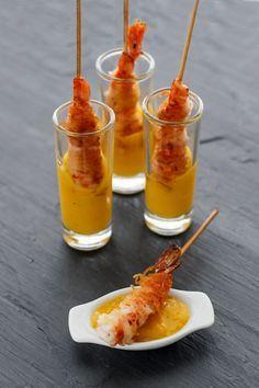 Brocheta crujiente de gambas con salsa de mango*