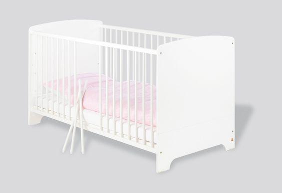 Lit bébé Jil en panneaux de particules blanc. Les barreaux sont faites en pin massif. Le sommier est ajustable en haut et ce lit est adapté pour un matelas de 70 x 140 cm.